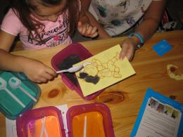 Zandkleurplaten maken de nieuwe knutsel rage voor kinderen