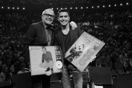 Rob de Nijs verrast zanger met goud en platina