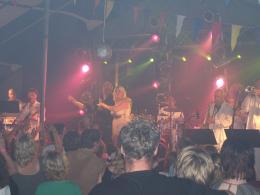 Hanny geeft spetterend mini concert op Ameland