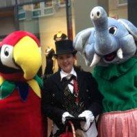 Papegaai en Olifant met hun Verzorger