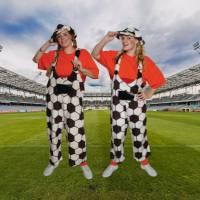 2 Voetbalsupporters delen 1000 vlaggetjes uit.