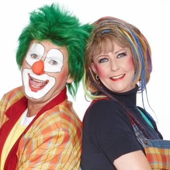 Clown Jopie en Tante Angelique boeken voor een optreden.