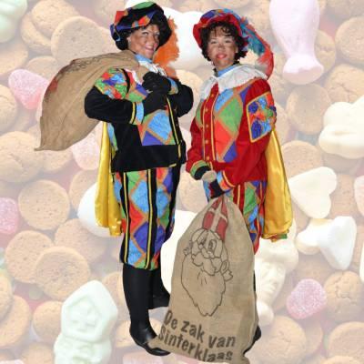 Twee Zwarte Pieten delen uit - 1000 Taai-Taai popjes