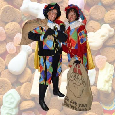 Uitdeel Actie - Zwarte Pieten Delen Strooigoed Uit