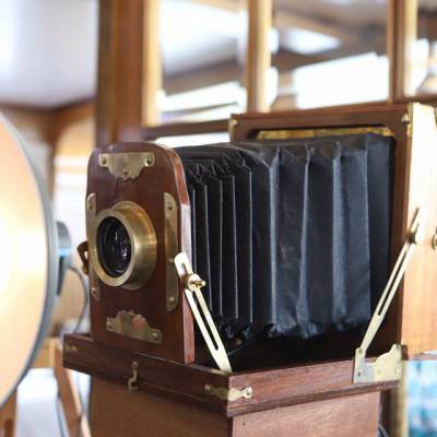 Nostalgische fotograaf met ouderwetse fotocamera