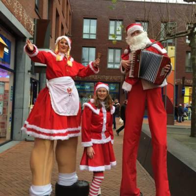 Kerstmeisje en Kerstman op Stelten
