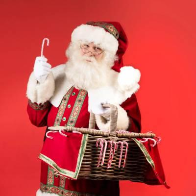 Kerstman deelt uit