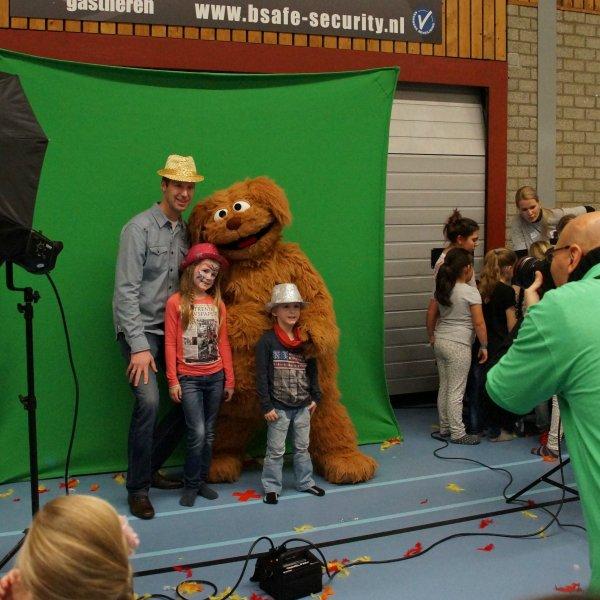 Op de foto met Tommie uit Sesamstraat boeken of inhuren | JB Productions
