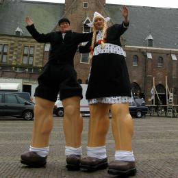 Steltloop Act - Antje en Jan uit Volendam