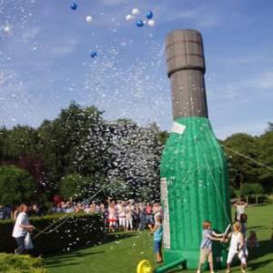 Foto van Opblaasbare Champagne Fles   Partyspecialist.nl