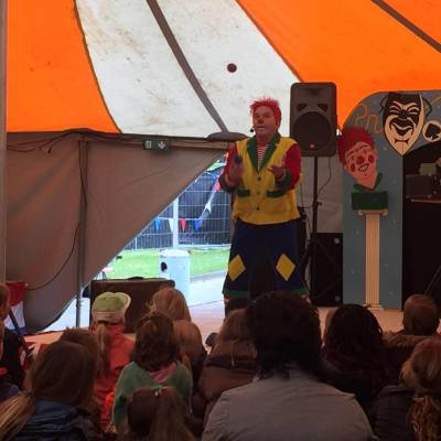Clown in Feesttent inhuren
