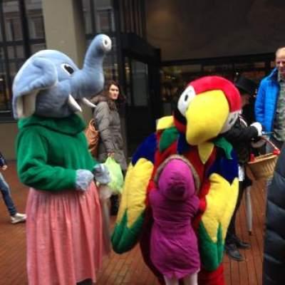 Olifant en Papegaai met hun Verzorger huren