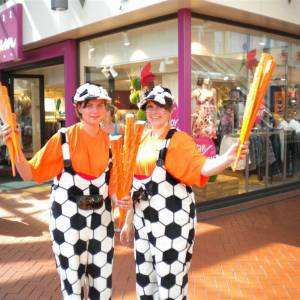 2 Oranjesupporters delen uit 1000 toeters inhuren?
