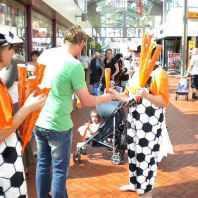 Foto van 2 Oranjesupporters delen uit 1000 toeters | Attractiepret.nl