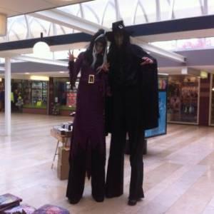 Halloween - 2 Steltlopende Heksen boeken?
