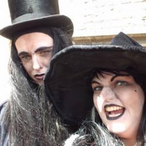 Halloween - 2 Steltlopende Heksen inhuren?