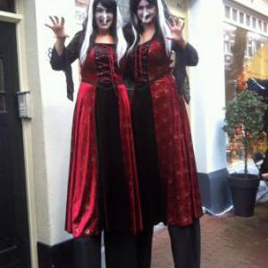 Halloween - 2 Steltlopende Heksen