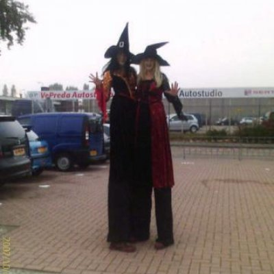 Foto van 2 Steltlopers - Heksen - Halloween | Attractiepret.nl