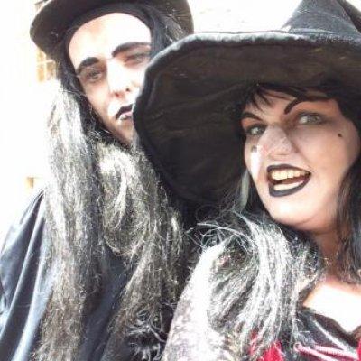 Halloween - 2 Steltlopende Heksen boeken of inhuren?