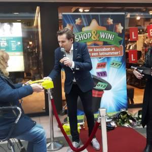 Presentator Jeroen met spelshow Shoppen en Winnen