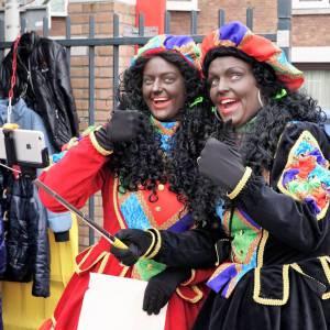 Twee Zwarte Pieten delen uit - 1000 Taai-Taai popjes inhuren?