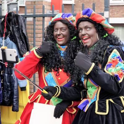 Fotoalbum van Twee Zwarte Pieten delen uit - 1000 Taai-Taai popjes | Sinterklaasshow.nl