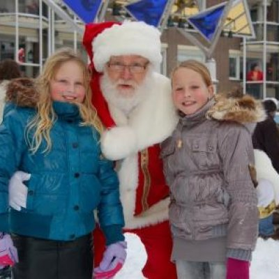 Foto van Rondlopende Kerstman met Kerstkransjes | Attractiepret.nl