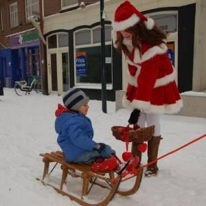 De Kerstman en het Kerstvrouwtje delen Kerstkransjes uit inhuren?