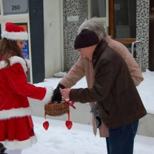 De Kerstman en het Kerstvrouwtje delen Kerstkransjes uit inzetten?