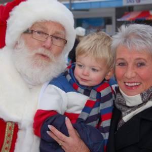 Kerstman en Kerstvrouwtje delen Kerstkransjes uit inhuren?