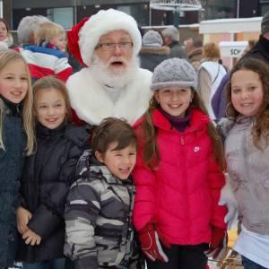 Kerstman en Kerstvrouwtje delen Kerstkransjes uit inzetten?