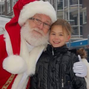 Kerstman en Kerstvrouwtje delen Kerstkransjes uit boeken of inhuren?