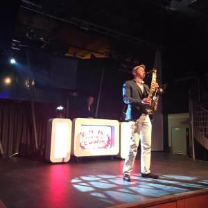Witte DJ Show met Saxofonist