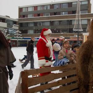 Kerstman bij Levende Kerststal op Kerstmarkt