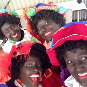 Zwarte Pieten Delen Strooigoed Uit