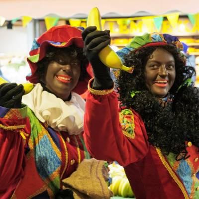 Foto van Uitdeel Actie - Zwarte Pieten Delen Strooigoed Uit | Sinterklaasshow.nl