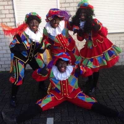Fotoalbum van Uitdeel Actie - Zwarte Pieten Delen Strooigoed Uit | Attractiepret.nl