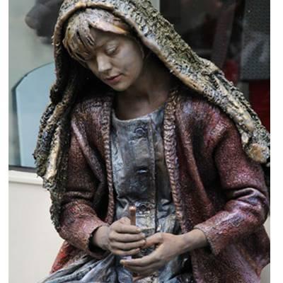 Foto van Het Meisje met de Zwavelstokjes - Levend Standbeeld | Artiestenbureau SintenKerst.nl