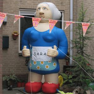 Foto van Opblaasbare Sarah - 3 meter | Partyspecialist.nl
