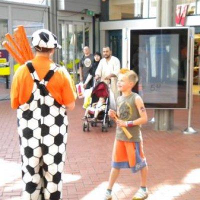 Fotoalbum van Oranjesupporters delen uit | Attractiepret.nl