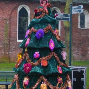 Meters hoge zingende kerstboom
