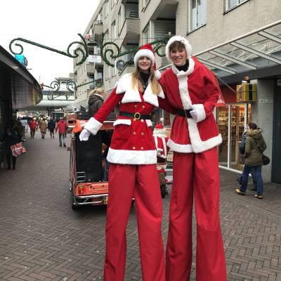 Foto van 2 Steltlopers - Kerstfiguren | Sint en Kerst