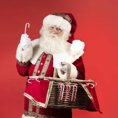 Download promotiefoto van Kerstman deelt uit